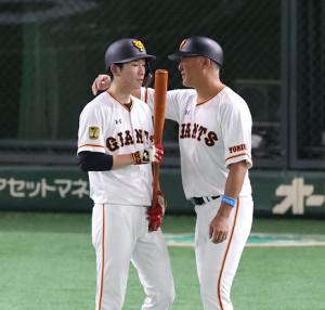 5回1死一塁、後藤孝志コーチ(右)に呼ばれ、耳を傾ける戸郷翔征(カメラ・宮崎 亮太)