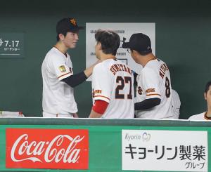 7回表終了後、宮本和知コーチ(右)とグータッチする戸郷翔征(カメラ・相川 和寛)