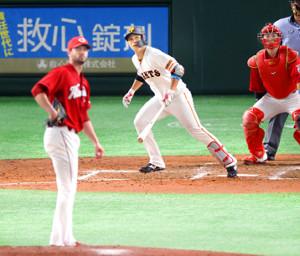5回2死一塁、中越え適時二塁打を放つ北村拓己(投手はジョンソン、捕手は会沢翼=カメラ・宮崎 亮太