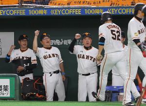 5回2死満塁、岡本和真の押し出し四球で生還した北村拓己(52)を迎える原辰徳監督