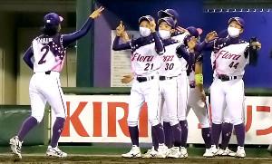勝利した京都フローラの選手たちはマスク姿で喜んだ