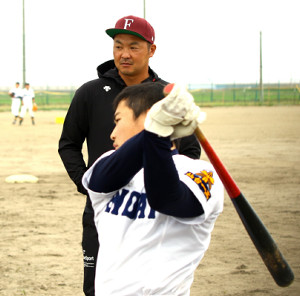 選手の打撃を見守る仙台一・枡田コーチ