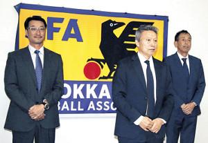 新役員会見を行った(左から)越山副会長、吉田会長、石井専務理事
