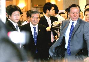 次期日本代表監督について失言した日本サッカー協会・川淵会長(左から2人目)が、足早に会見場を後にする(右は釜本氏)