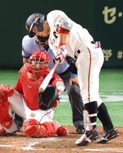 5回無死一塁、炭谷銀仁朗のファウル(投手はジョンソン、捕手は会沢翼)