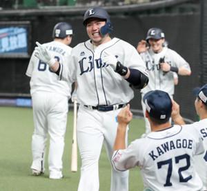 1回1死一、二塁、右中間に1号3ラン本塁打放った山川穂高はベンチのナインに迎えられる
