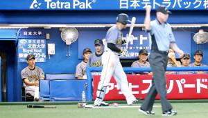 3回、マルテの二塁内野安打が判定で二ゴロに変更され、意気消沈する阪神・矢野監督(左)