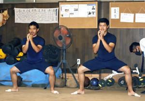並んでトレーニングをする梅田(左)と辻垣