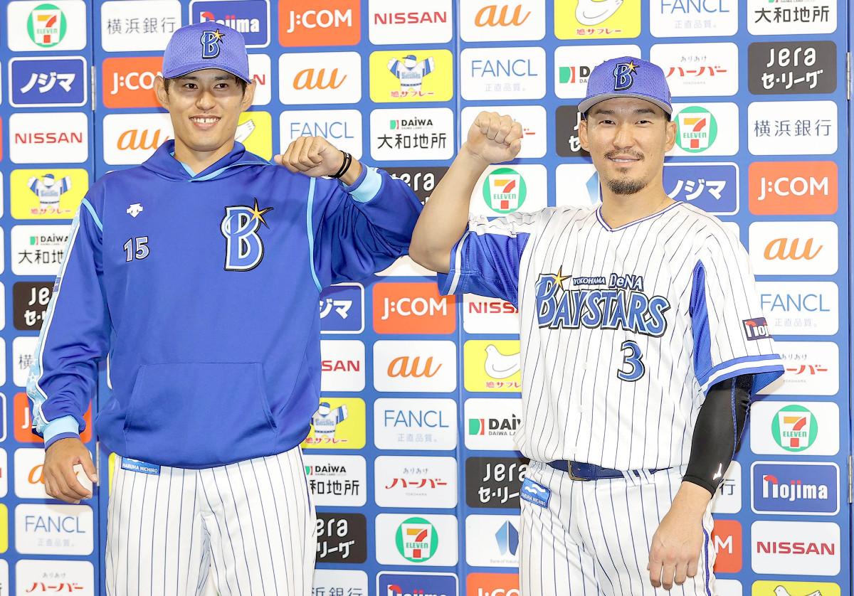 ヒーローインタビュー後、井納翔一(左)と肘タッチする梶谷隆幸