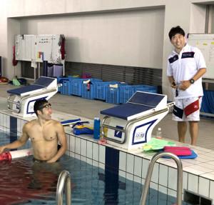 平井コーチ(右)とともに笑顔でトレーニングに励む萩野(IMPRINT提供)