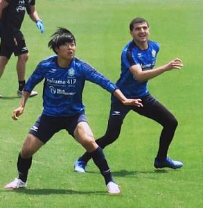 5日の全体練習で汗を流す湘南・岩崎(左)とタリク