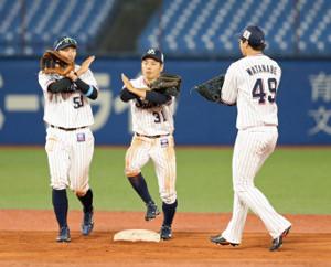 3安打2打点で今季2勝目に貢献した山崎晃大朗(中央)はハイタッチはいけませんとばかりに×ポーズで勝利を祝う(左は上田剛史、右は渡辺大樹)(カメラ・泉 貫太)
