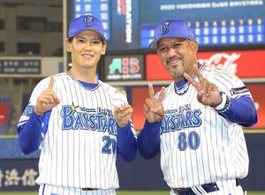 初登板でプロ初勝利を挙げた坂本(左)は、ラミレス監督と並んでポーズを決めた(カメラ・岩崎 龍一)