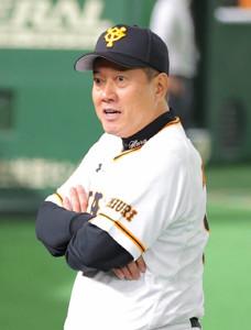 試合後に記者の質問に答える原辰徳監督(カメラ・中島 傑)