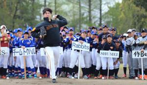 昨年のヴィーナスリーグ開会式で始球式を行う山口鉄也氏
