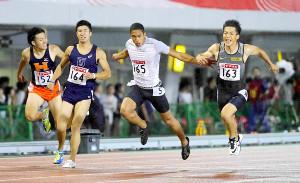 リオ五輪選考会となった16年の日本選手権男子100メートルで優勝したケンブリッジ飛鳥(中)(右は山県、左は桐生)