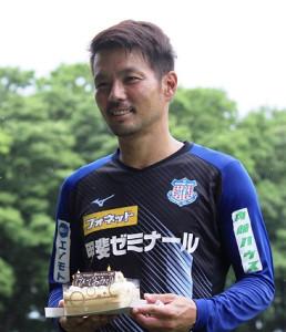 ケーキを手に笑顔の甲府・山本(DF今津佑太撮影)