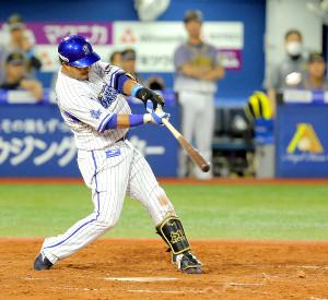 5回無死、右越えに先制のソロ本塁打を放つ宮崎敏郎