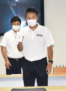 抽選のくじを引いた金沢桜丘の井村監督