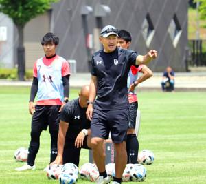 練習中、選手に指示を送るJ3岩手の秋田監督((C)IWATE GRULLA MORIOKA)