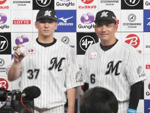 プロ初勝利の小野(左)を祝福する井口監督