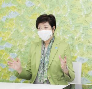 都内の特別支援学級の子供たちが作ったマスクを着用して取材を受ける小池百合子都知事(カメラ・橘田 あかり)