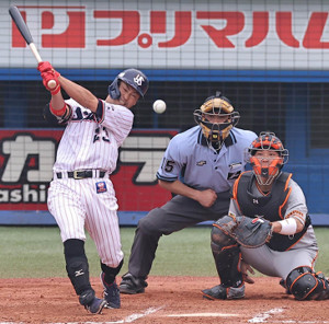 6回1死満塁、青木宣親が左中間適時二塁打を放ち逆転