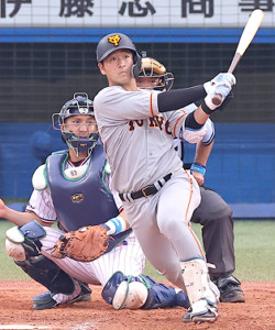 9回2死一、二塁、岸田行倫が左前適時打を放つ(捕手・井野卓)