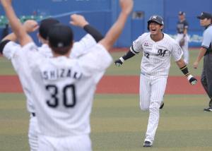 10回2死一、二塁、佐藤都志也は右にサヨナラとなるプロ初安打を放ち、ナインに駆け寄る