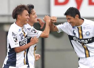前半3分、ゴールを決めた町田・平戸太貴(中)は、高江麗央(左)、水本裕貴(右)に腕タッチで祝福される(カメラ・宮崎 亮太)