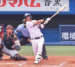 6回1死満塁、山田哲人が左翼席へ満塁本塁打を放つ(カメラ・生澤 英里香)