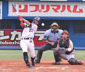 6回1死満塁、青木宣親が左中間適時二塁打を放ち逆転(捕手・大城卓三) (カメラ・生澤 英里香)
