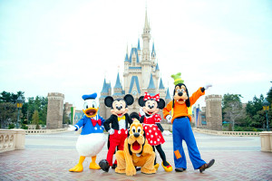 シンデレラ城前で出迎える(左から)ドナルドダック、ミッキーマウス、プルート、ミニーマウス、グーフィー(TDR公式ウェブサイトから)(C)Disney