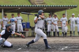 1回無死、ソロ本塁打を放つ明石商・来田涼斗