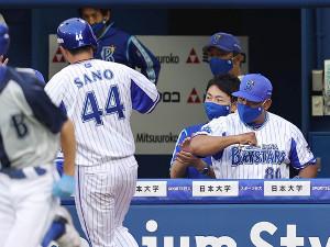 初回、宮崎の勝ち越し二塁打で生還した佐野を迎えるラミレス監督