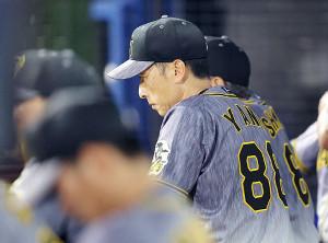開幕3カードを負け越してしまい、矢野監督はベンチで厳しい表情を見せた(カメラ・岩崎 龍一)