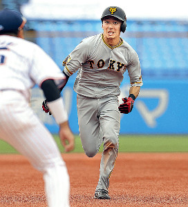 2回2死満塁、丸の適時打で三塁へ進む一塁走者の増田大