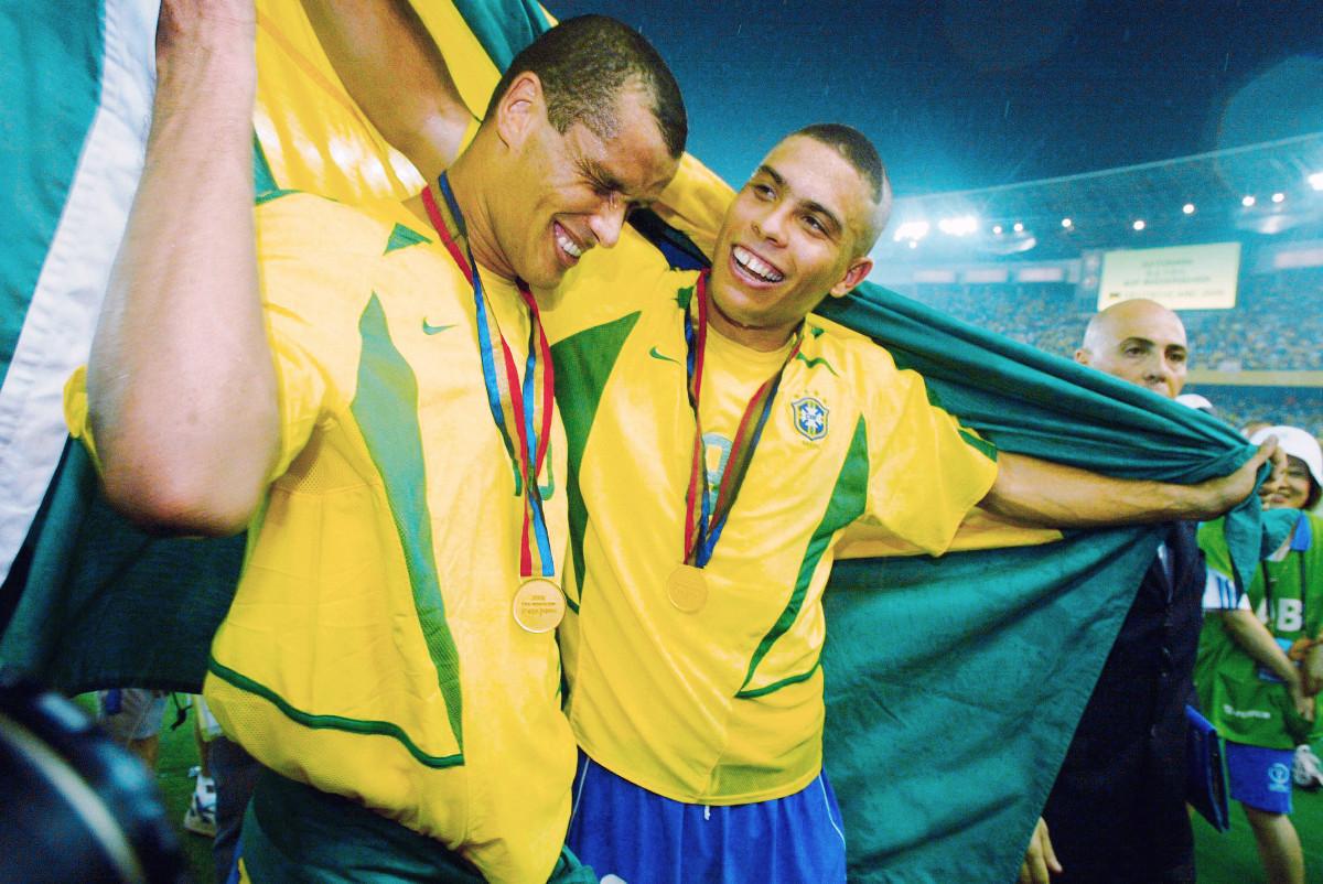 優勝して喜ぶブラジル代表のリバウド(左)とロナウド