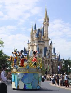 シンデレラ城をバックにグリーティングするミッキーマウスらディズニーの仲間たち
