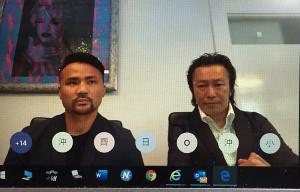 オンライン記者会見に臨む比嘉大吾(左)と野木トレーナー