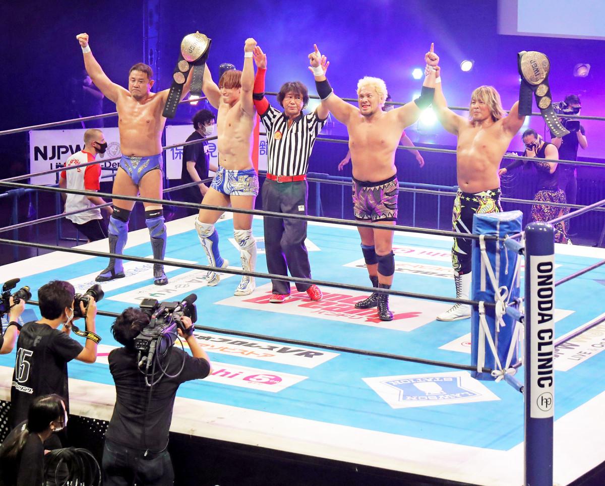 ネット越しの観客へアピールする(左から)永田裕志、飯伏幸太、レッドシューズ海野を挟んで、真壁刀義、棚橋弘至