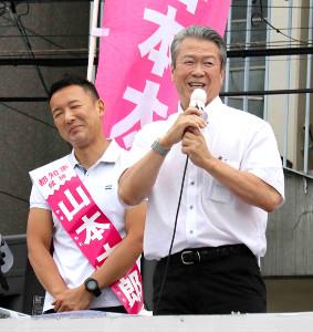 山本太郎氏(左)の応援演説を行った馬淵澄夫氏