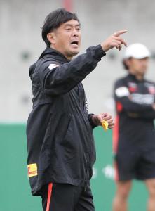 選手に指示を出す浦和・大槻毅監督