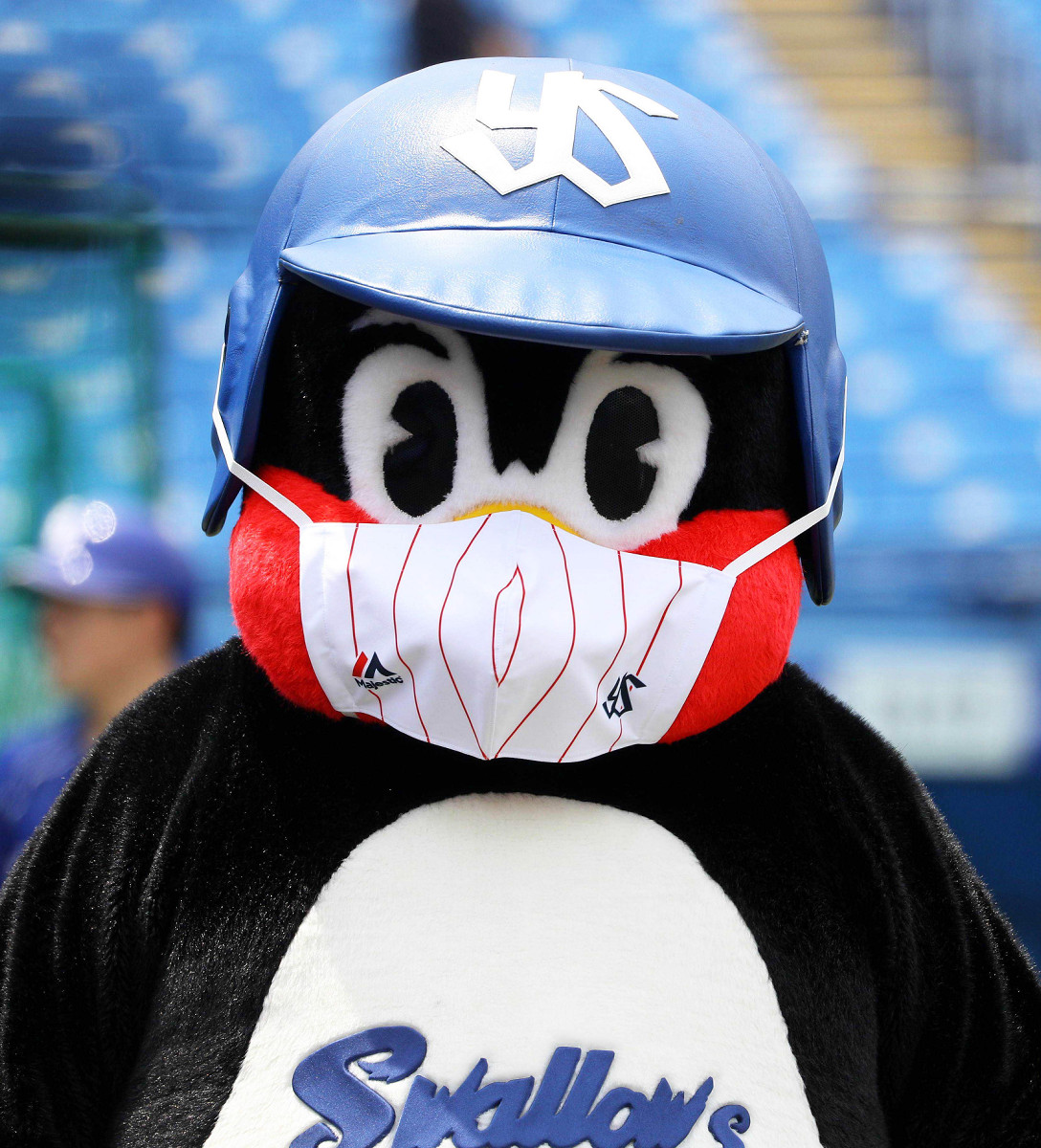 マスク姿のヤクルトの球団マスコット、つば九郎