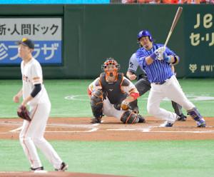 1回2死二塁、宮崎敏郎が中前適時打を放つ