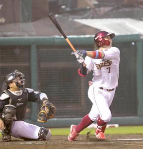 2回1死一、二塁、右中間に移籍後1号3ラン本塁打を放った鈴木大地