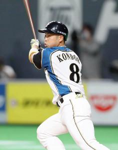 4回1死一塁、左中間へ同点の適時二塁打を放つ近藤健介