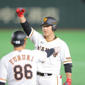 6回1死一、二塁、右前適時打を放ちガッツポーズをする岡本和真(手前は古城茂幸コーチ)(カメラ・中島 傑)