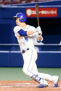 6回2死一、二塁、阿部寿樹が先制の右前適時打を放つ