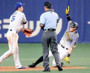 6回1死一、二塁、マルテの三ゴロで一塁走者・糸井(右)が二塁封殺され、二塁手・阿部(左)が一塁に送球し併殺となる